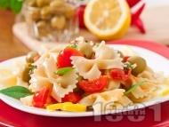 Рецепта Салата с паста фарфале, чери домати и зелени маслини